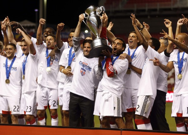 Ben Olsen and D.C. United lift the US Open Cup title. ( Jim Urquhart-USA TODAY Sports)